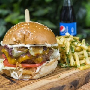 deCheddar & Beef Burger + cartofi prăjiți cu pătrunjel și condimente + sos de maioneza cu usturoi + suc gama Pepsi 0.25 livery livrare food comanda order Bucuresti